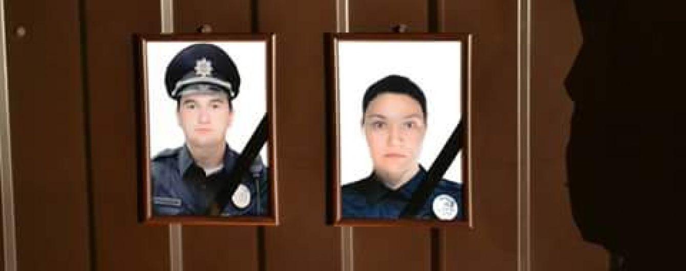 У Дніпрі несуть квіти до управління поліції в пам'ять про загиблих копів