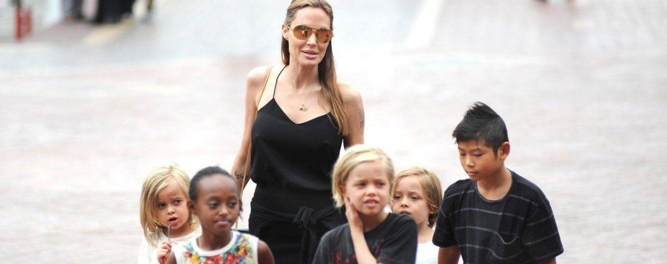 Анджеліна Джолі разом з дітьми проходить курс психологічної терапії – ЗМІ