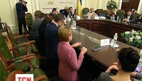 Чиновники на коленях: Ник Вуйчич вместе с депутатами помолились за Украину