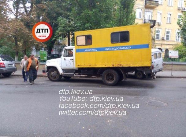 У центрі Києва перекрили вулицю через прорив труби