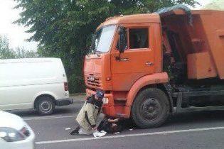 У Львові на мосту КамАЗ збив жінку, яка перебігала дорогу