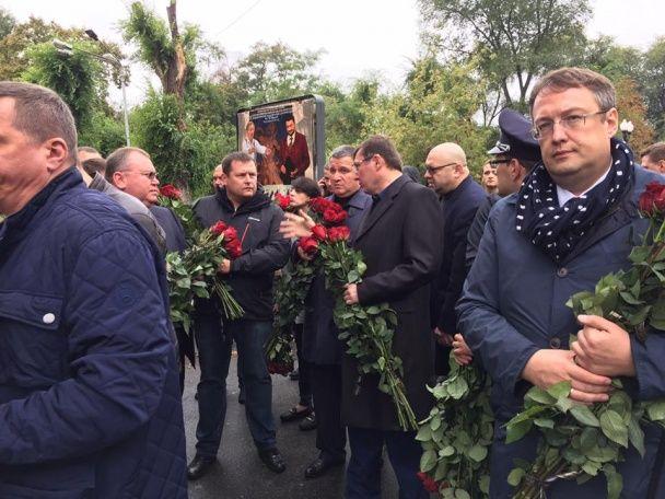 В Днепре сотни людей пришли проститься с патрульными Артемом Кутушевим и Ольгой Макаренко
