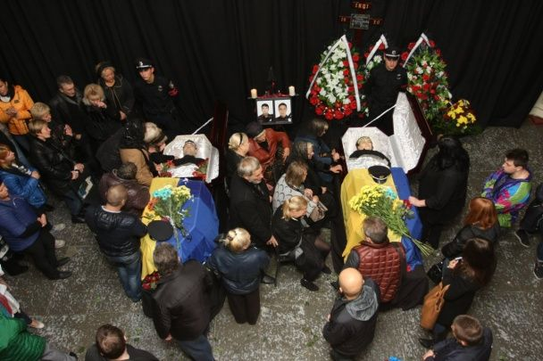 В Днепре сотни людей пришли проститься с патрульными Артемом Кутушевым и Ольгой Макаренко