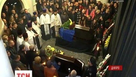 В Днепре тысячи людей пришли почтить память погибших патрульным