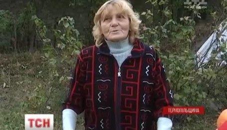 """На Тернопольщине пожилые супруги """"усыновили"""" аистенка"""