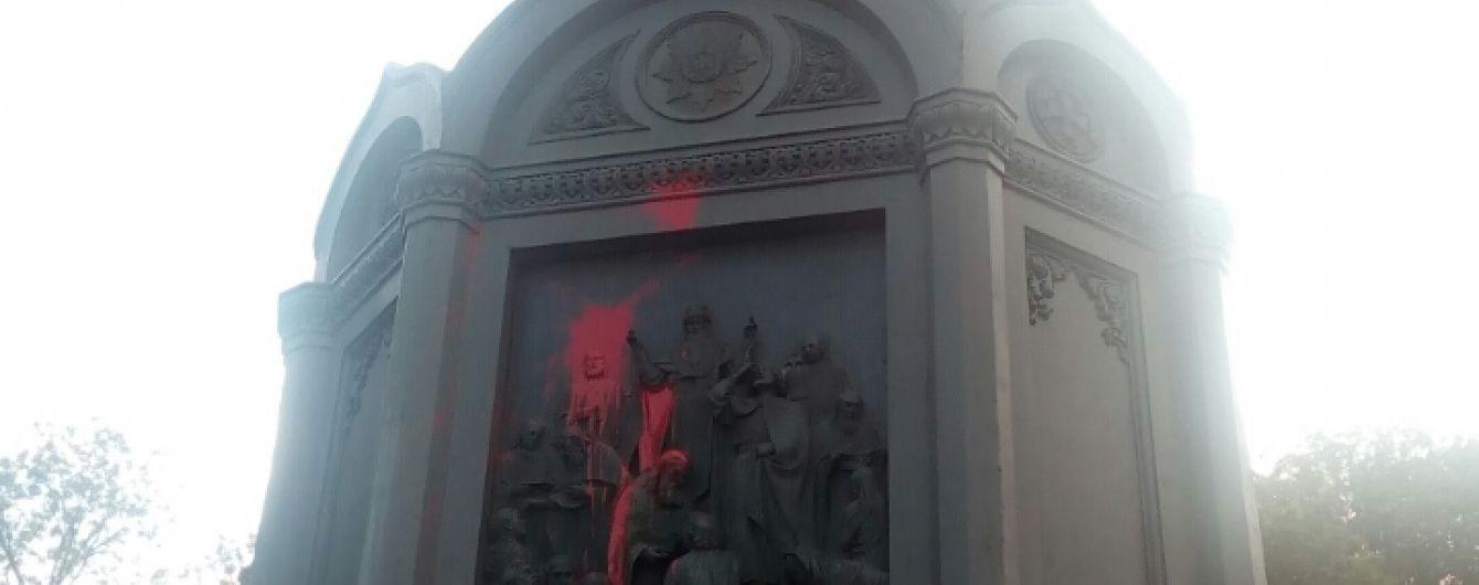 Смыть краску с памятника Владимиру коммунальщикам не удастся