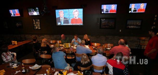 Клинтон в красном и гримасы Трампа. Дебаты между кандидатами на пост президента США в фотографиях