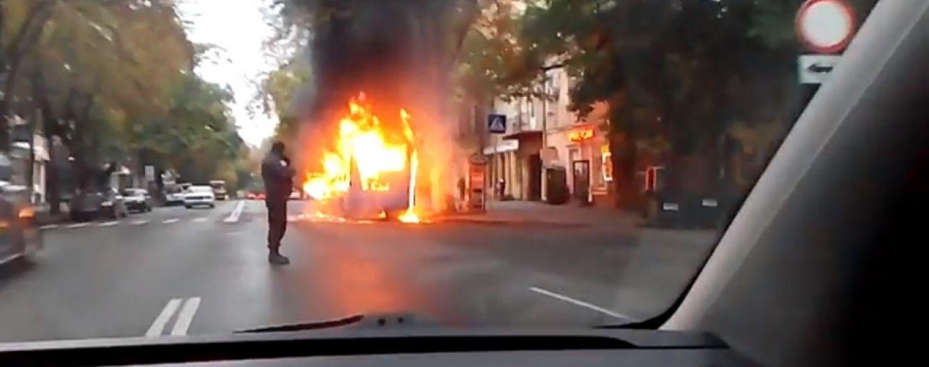 У центрі Одеси вщент згоріла маршрутка