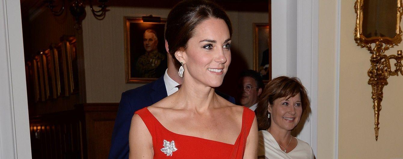 Герцогиня Кембриджская оголила плечи в эффектном платье за 1300 долларов