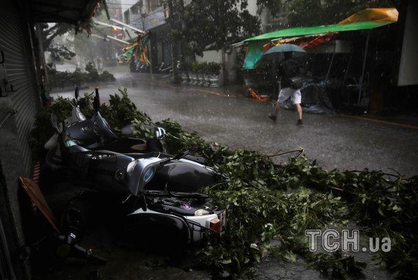 Нещадний тайфун ударив по Тайваню: травмовано десятки людей, тисячі — без світла