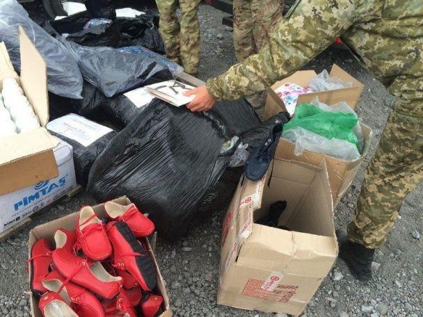 Червона риба та жіночі панчохи. В зоні АТО затримали незаконні вантажі на мільйон гривень