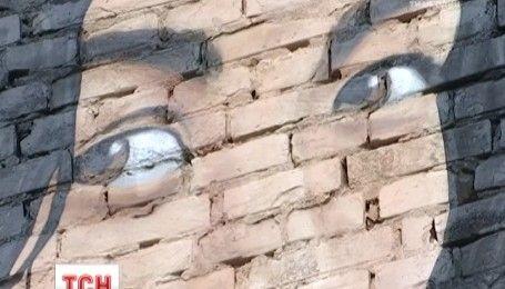 В Днепре на 15-метровой стене создали мурал, посвященный переселенцам