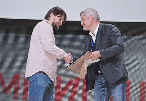 Режисер Владимир Колбаса получает приз от Игоря Янковского