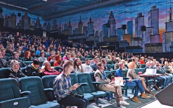 Зрителиский зал кинофестиваля