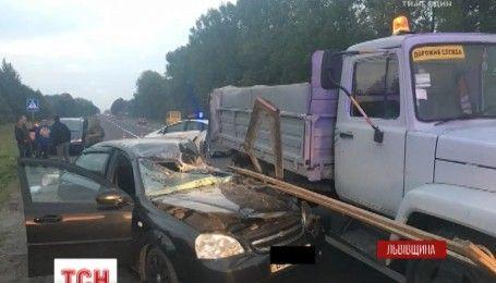На Львівщині легковик на шаленій швидкості збив працівників дорожньої служби