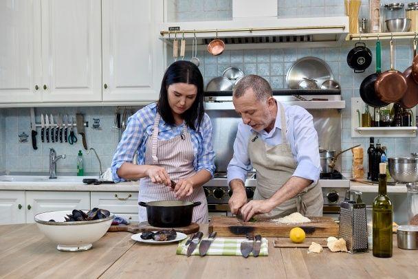 Как Савва Либкин и Люда Барбир вместе ловили мидии и готовили ризотто на берегу моря