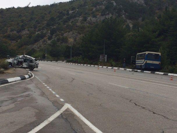 Моторошна ДТП у Криму: легковик на швидкості влетів у рейсовий автобус