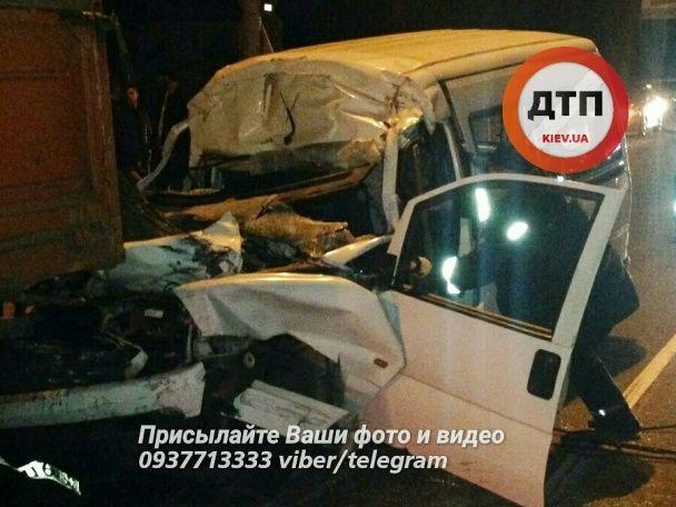 В Броварах водитель на автомобиле на трех колесах врезался в грузовик и остался без головы