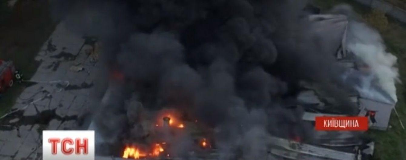 Пожежники з різних районів та жахливий сморід. Під Броварами локалізували займання на складах