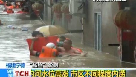 Тайвань приходит в себя после тайфуна: спасатели освободили из водяной ловушки более 200 человек