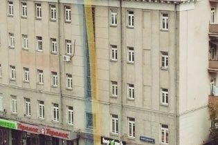 В Москве на фасаде дома вывесили огромный украинский флаг