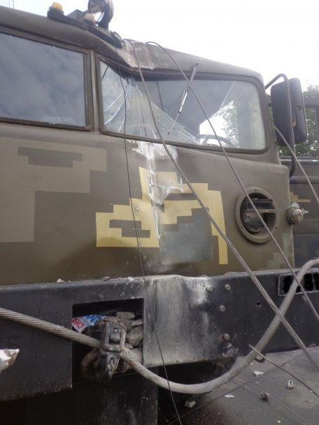 На Николаевщине военный тягач с танком разнес столб возле остановки