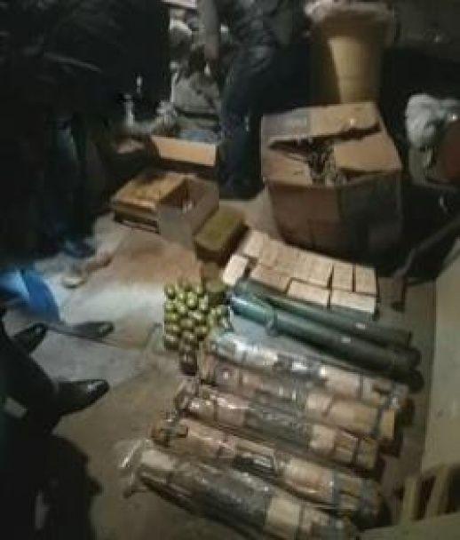 У Дніпрі затримали чоловіків з величезним арсеналом зброї для незаконного продажу
