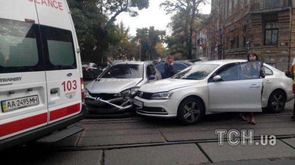 На Подолі безглузда ДТП заблокувала рух трамваїв