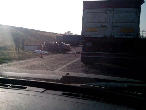 Жуткое ДТП на Херсонщине: возле Каховской ГЭС легковушка протаранила блокпост и отлетела в КамАЗ