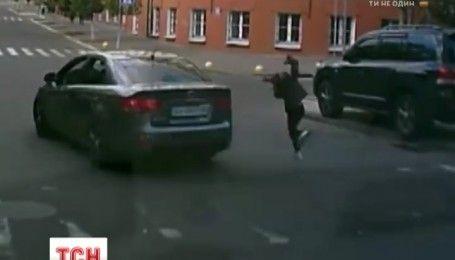 В Києві на пішохідному переході водій збив дівчинку і не зупинився