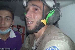 В Сети появилось душераздирающее видео, как спасатель рыдает после спасения младенца в Сирии