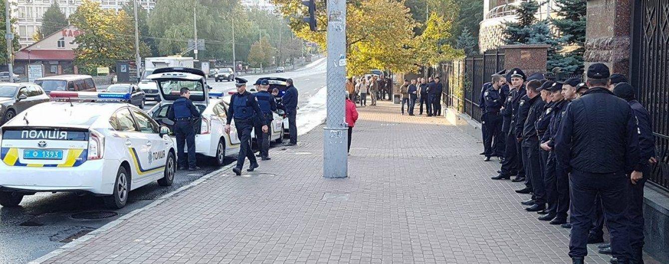 ТСН направила запити Авакову та Деканоідзе про дивну поведінку поліції під судом у Києві