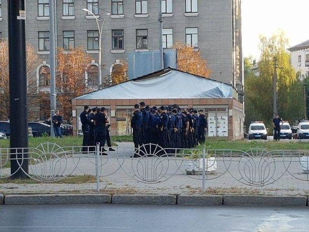 Поліцейські кинули в автозаки та відвезли до суду активістів, яких мали відпустити на волю