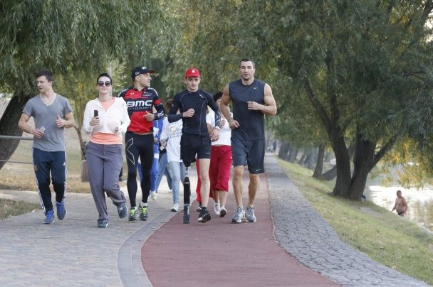 Брати Клички влаштували тренування на новій біговій доріжці в Києві