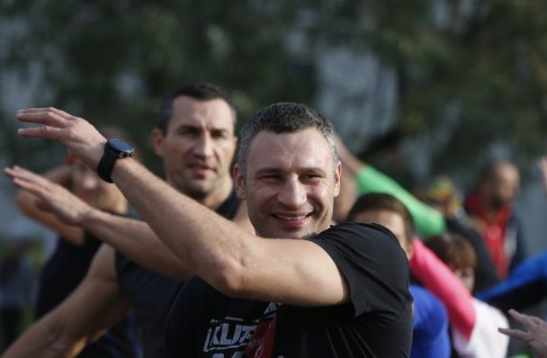 Братья Кличко устроили тренировку на новой беговой дорожке в Киеве