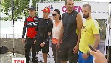 Брати Кличко і ведучі 1+1 Media випробували нову найдовшу в Україні бігову доріжку