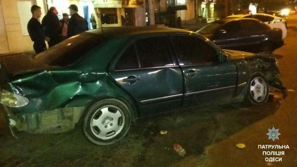 В Одессе водитель Mercedes устроил ДТП и открыл стрельбу