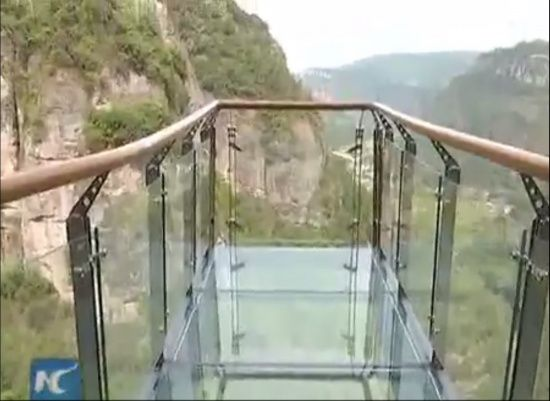 """У Китаї чоловік закричав від жаху, коли під ним почав """"тріскатися"""" скляний міст на висоті 1180 м"""