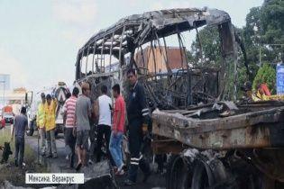 Во время аварии автобуса с грузовиком в Мексике погибли 13 человек