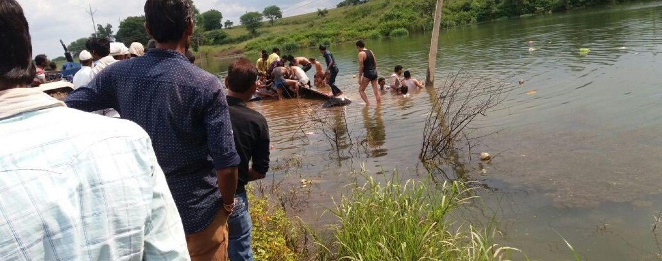 В Індії автобус впав у річку, дев'ять людей загинуло