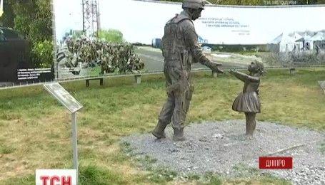 В Днепре неизвестные надругались над памятником благодарности воинам АТО