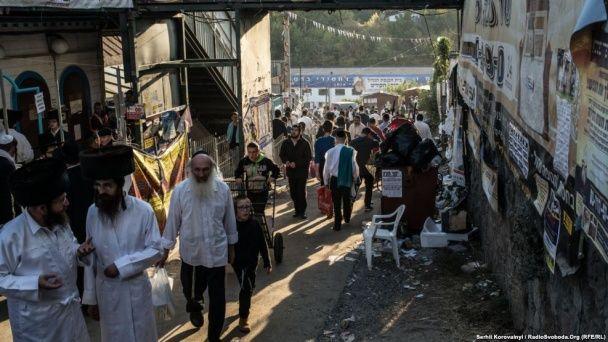 Новогодний хаос в Умани: кучи мусора, порезанные ноги хасидов и жаренье шашлыков на балконе