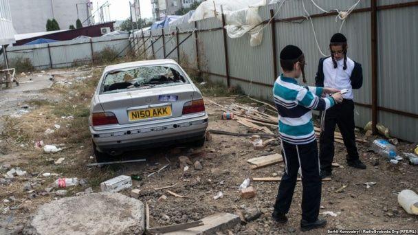 Новорічний хаос в Умані: купи сміття, порізані ноги хасидів та смаження шашликів на балконі