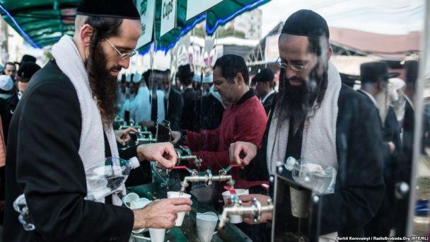 Умань святкує 5777-й єврейський Новий рік: 30 тисяч паломників та купання голяка в ставку