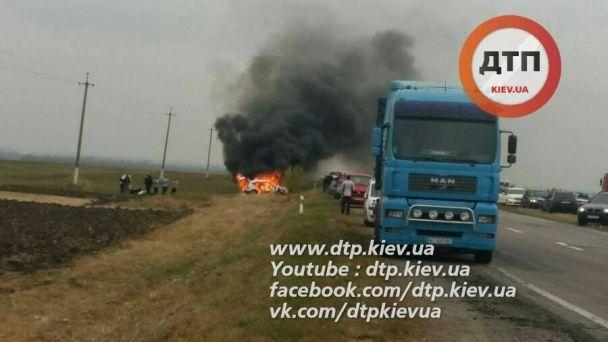 Біля Жашкова хасиди-паломники потрапили в аварію – їхнє авто повністю згоріло