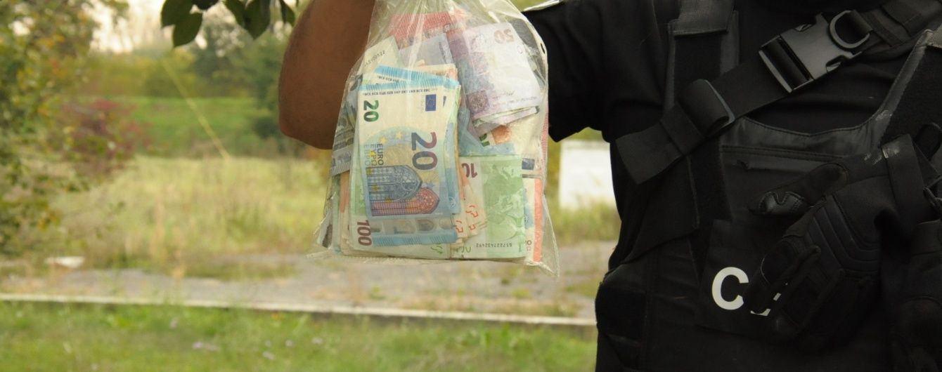 На митниці за перетин кордону без огляду брали 500 євро з машини