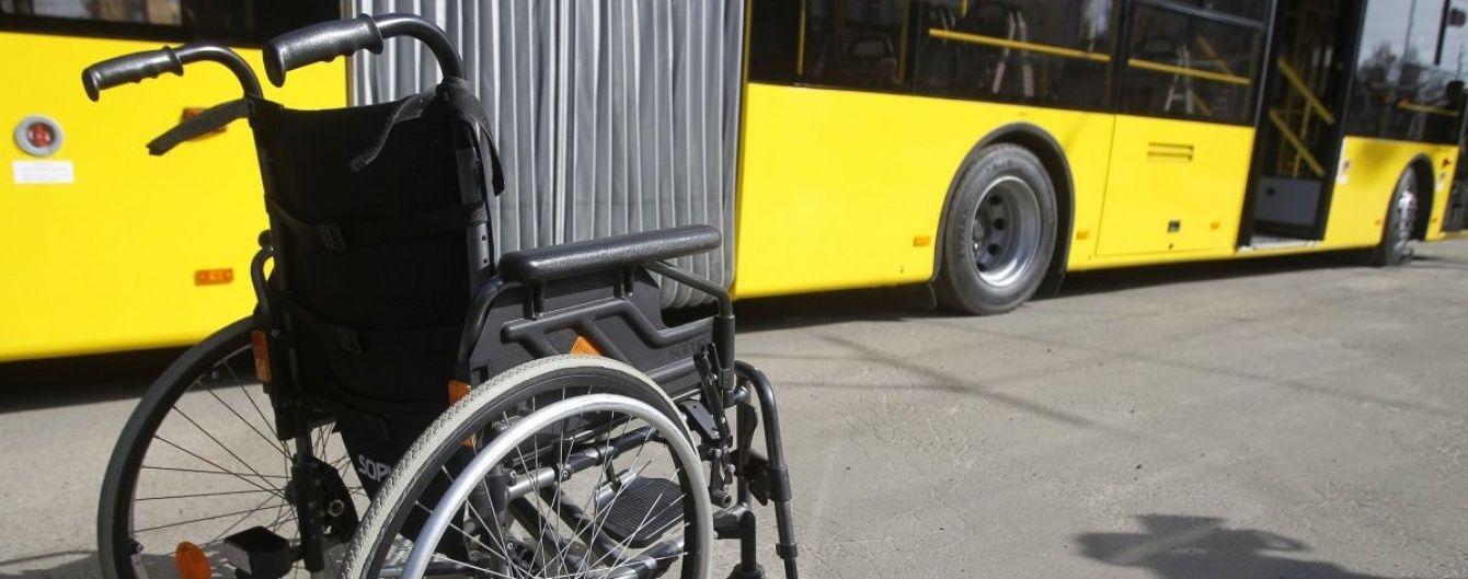 У Житомирі водій викинув з маршрутки чоловіка з інвалідністю та побив його