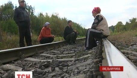 Объезд через райцентр: в Хмельницкой области людям закрыли переезд между двумя селами