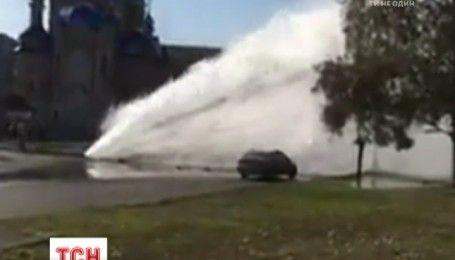 В Харькове горячая вода прорвала трубу и фонтаном била у проезжей части