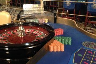 У центрі Києва викрили підпільне казино із таємничим дзеркальним входом